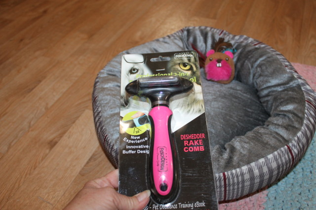 Chelsea and her new 2-in-1 Deshedding Tool & Comb Rake for Dogs & Cats #MyElitePet
