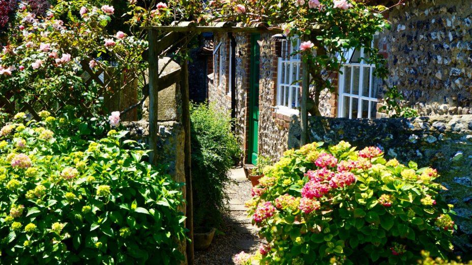 3 Garden Decor Ideas for a Beautiful Home Exterior