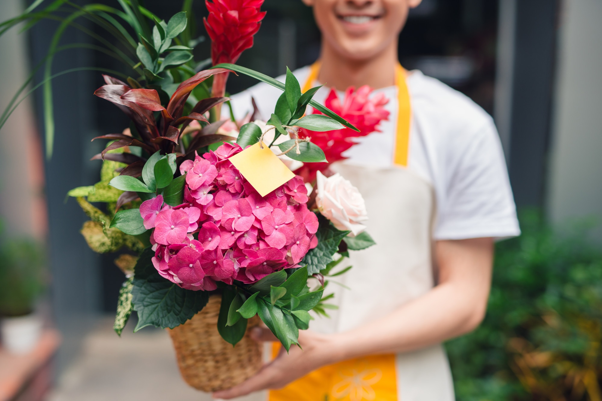 A Step-by-Step Guide on How To Send Flowers To Someone